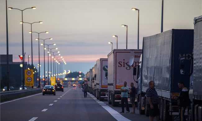 Kamionosok zárták le a határt