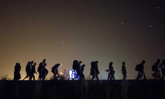 Nem szűnik a menekültáradat a déli határon