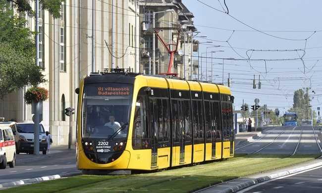 Folyamatosan állnak forgalomba az új villamosok és buszok Budapesten