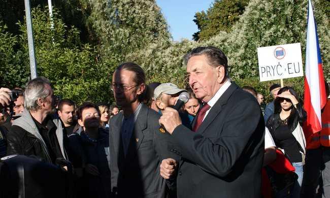 Tüntettek Orbán Viktor mellett Prágában