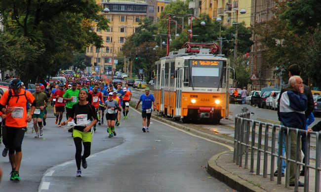 Szirénázó mentő útját terelték el a futóverseny miatt