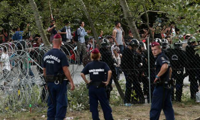 Alvázra kapaszkodva akartak bejutni az országba a migránsok