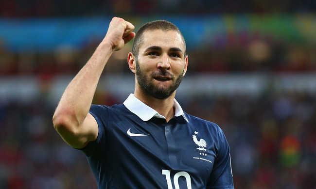 Botrány: kiköpött a francia himnusz alatt a Real francia játékosa, Benzema. A terrortámadás áldozatai tiszteletére játszották, a Real-Barcelona előtt