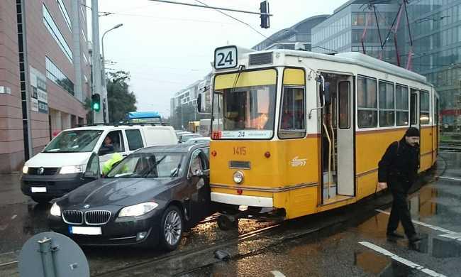 Villamos és autó ütközött a fővárosban