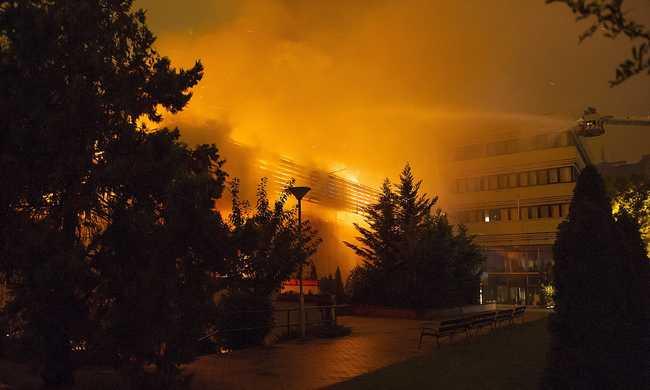 Hatalmas lángokkal égett az egyetem - fotókkal