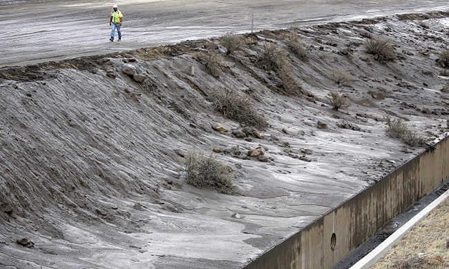 200 autó ragadt a sárban Kaliforniában