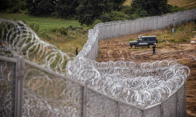 Több mint száz migráns sértette meg a határt
