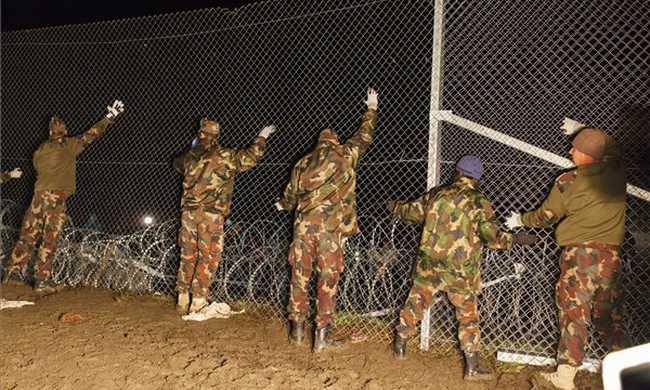Migránscsoport vágott lyukat a kerítésre Röszkénél, elfogták őket