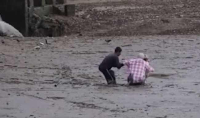 Munkás mentette ki az iszapba szorult madármegfigyelőket - nézze meg a különleges videót!
