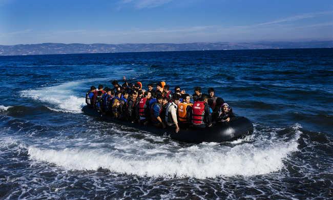 Görög miniszter a törököknek: Naponta 4000 migránssal bombáznak minket, ez nem normális