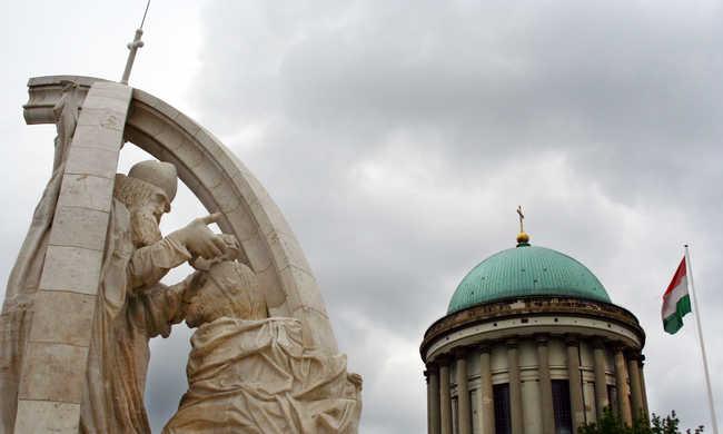 Kiszálltak a rendőrök az esztergomi bazilikához: fenyegetés érkezett