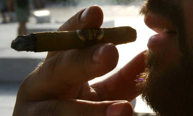 Cigarettát égettek, mert az elnök nem szereti a dohányzást
