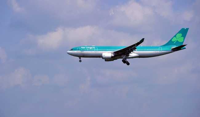 Megharapta utastársát, aztán meghalt a repülőn