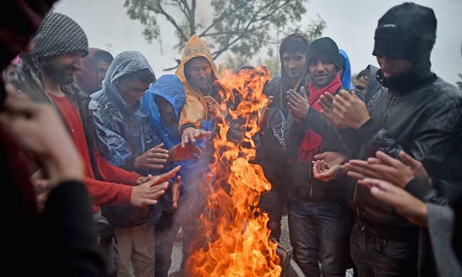 Felgyújtották a sátraikat a migránsok
