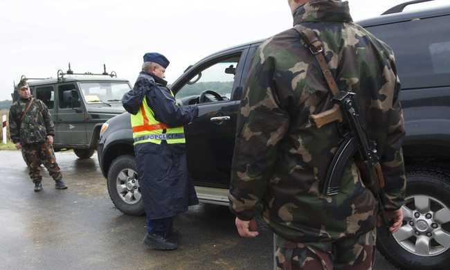 Pénzért engedtek be külföldieket a röszkei határőrök