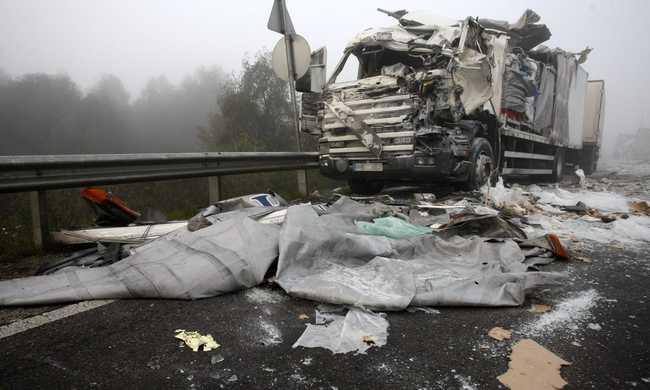 Egy halottja van a hajnali kamionos balesetnek - fotó