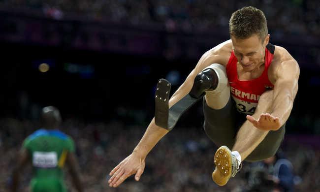 Az olimpiai bajnoknál is nagyobbat ugrott a műlábas távolugró