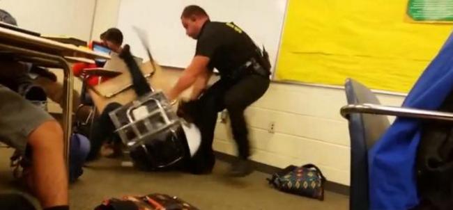 Brutálisan megverte a diáklányt a rendőr - videó