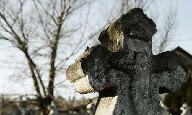 Elhitette barátnőjével egy ügyvéd, hogy meghalt - akkor derült ki az igazság, amikor a lány elment a meg sem tartott temetésre