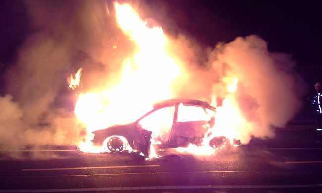 Hatalmas lángokkal égett az autó - fotók