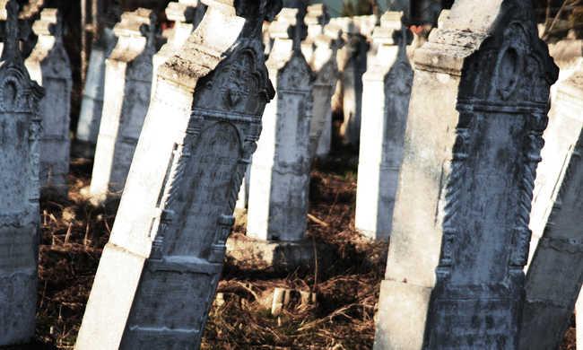 Gyilkosság történt a temetőben: felesége találta meg a polgármester holttestét