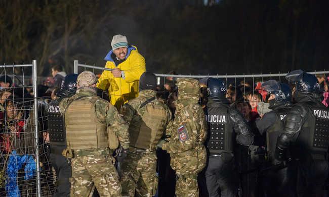 Áttörték az osztrák kordont a migránsok