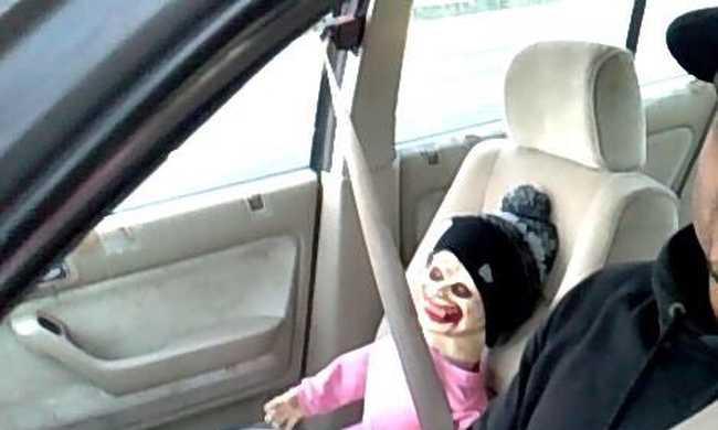 Zombi-babával utazott, megbüntették