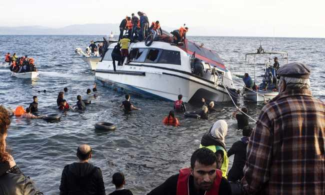 Felborult két, migránsokkal teli hajó
