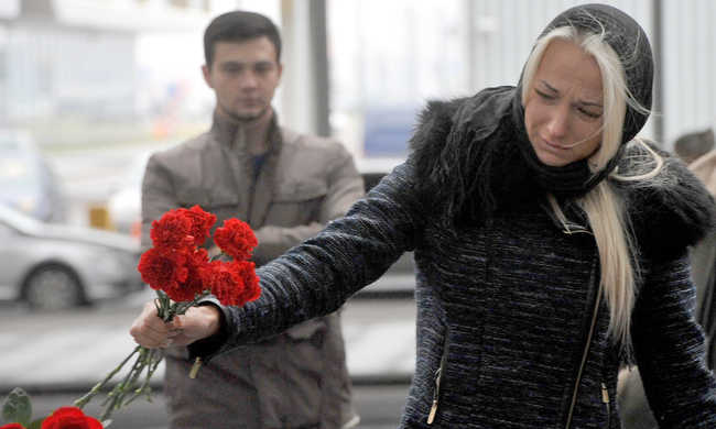 Szívszorító képek a gyászról a repülőtéren - képgaléria