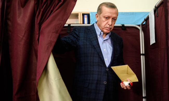 Támogatja a kurdokat, ezért vizsgálatot indítottak ellene