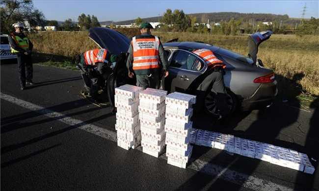 Közel 100 karton csempészett cigit találtak egy felborult autóban