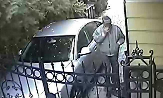 Ő lopott táskát egy autóból