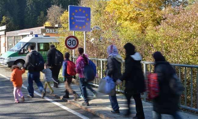 Merkel: legalizálni kell a migrációt