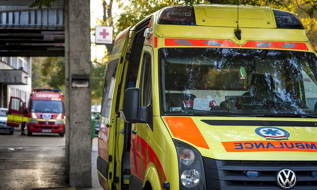 Dráma a mentőkocsiban, fojtogatta a mentőst a komlói férfi