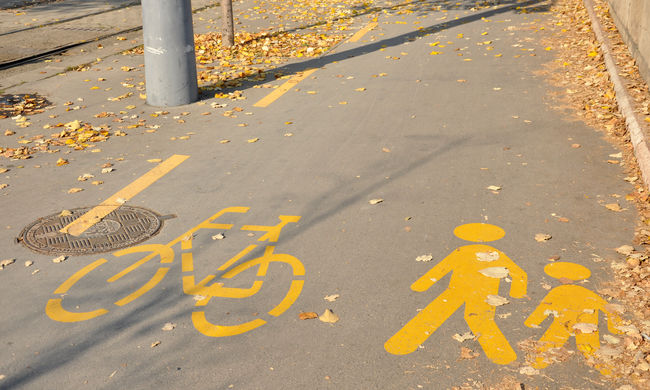 Ijesztő felvételek: hirtelen elnyelte a föld a sétáló nőt