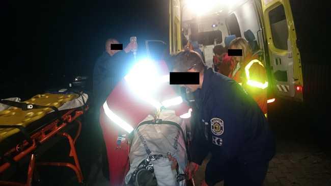 Megcsúszott a lépcsőn, rendőrök és mentők segítettek