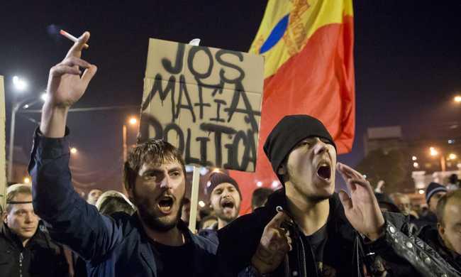 Beszélgetett a tüntetőkkel a román elnök
