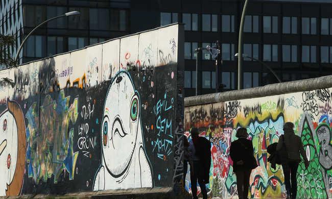 Graffitik ellen építenek védőfalat a Berlini Fal mentén