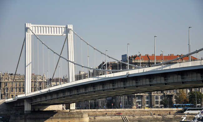 Ha vezet, hétvégén ne menjen az Erzsébet híd környékére