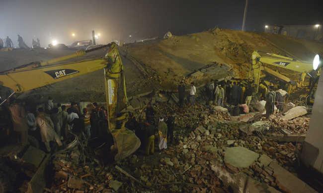 Legalább 23 ember meghalt a pakisztáni épületomlásban