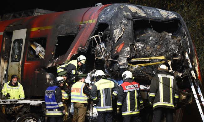 Két halott és sok sérült a vonatbalesetben - videó!