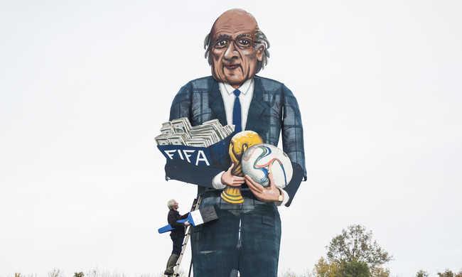 Elégetik Blatter óriási képmását Angliában