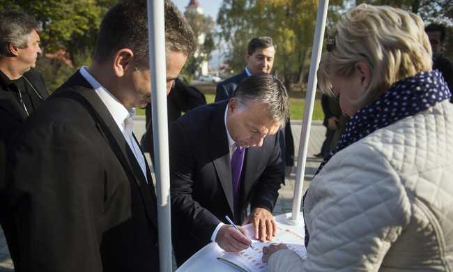 Orbán Viktor is aláírta a kötelező betelepítési kvóta elleni petíciót
