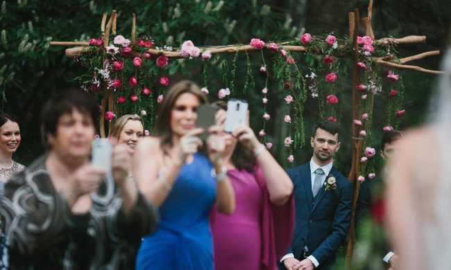 Tönkretehetik az esküvőt az állandó mobilozással - nézze meg a fotókat!