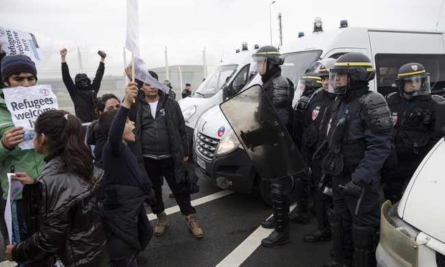 Megint kövekkel dobálták a migránsok a francia rendőröket