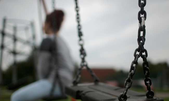 Játszótéren erőszakolt meg öt férfi egy lányt