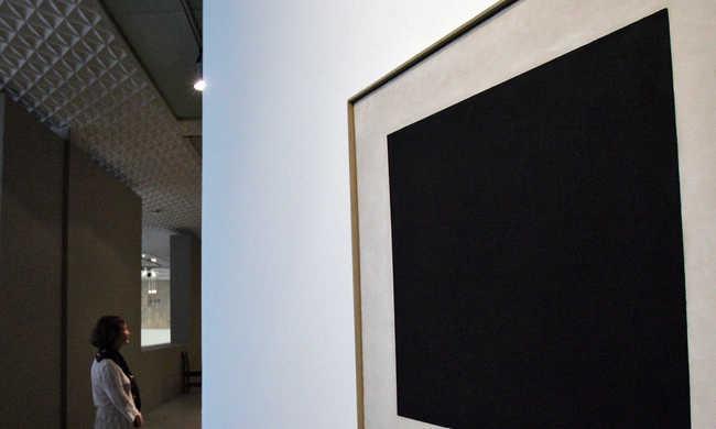 Két másik kép is van a különleges festmény, a Fekete négyzet alatt