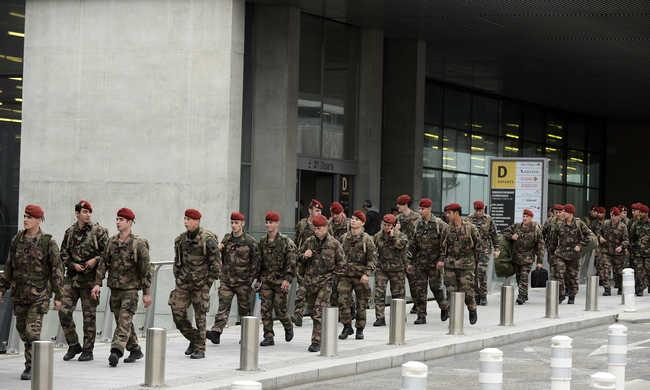 Hajsza a terroristák társai után, több embert elfogtak