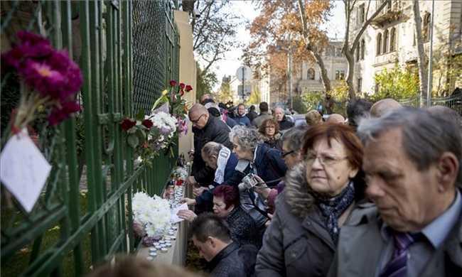 Egyre többen mennek a francia követséghez