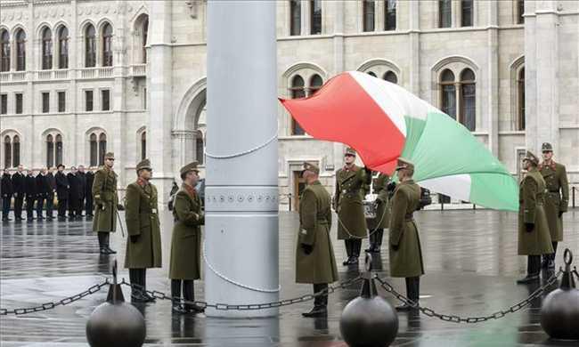 Félárbocra eresztették a magyar zászlót